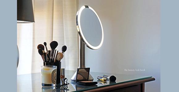 Сенсорное 3D-зеркало для макияжа от Simplehuman